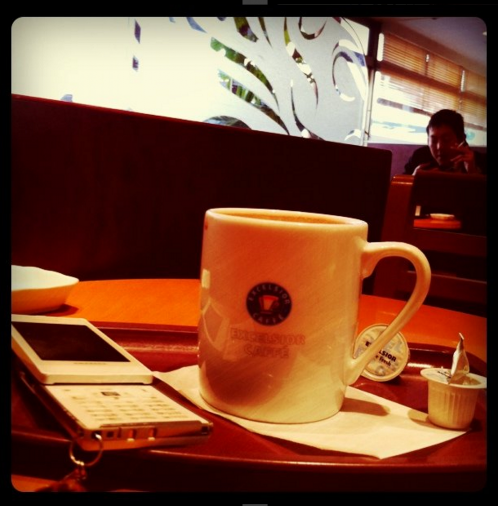 3.12の写真「家に帰るのが恐くて、とりあえずコーヒー飲んでる。先に帰宅した同僚の惨事を聞いて、無駄に不安を増長中。」