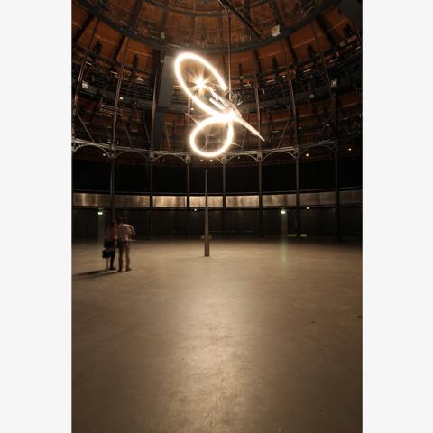 コンラッド・ショウクロス 《タイムピース》 2013年/アルミニウム、鉄、機械、ライト/サイズ可変/展示風景:ラウンドハウス、ロンドン